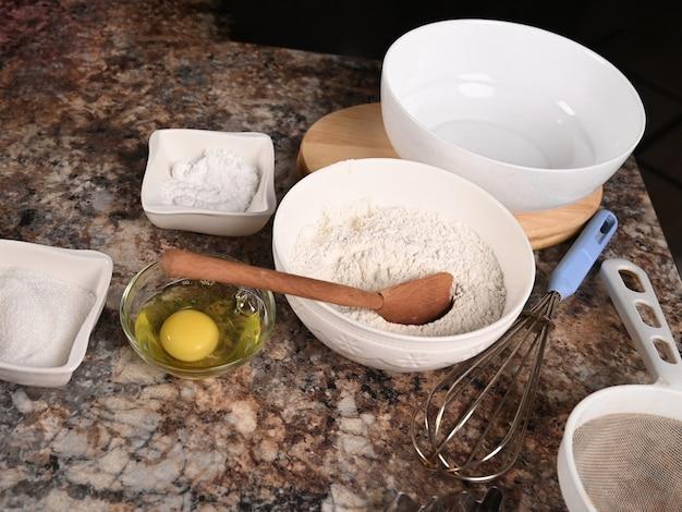 Zutaten und werkzeuge zum backen auf dem tisch