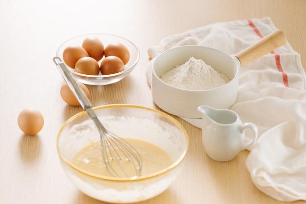 Zutaten und werkzeuge zum backen von süßem kuchen mit banane und mandeln