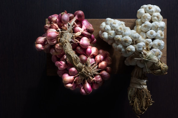 Zutaten von thailändischem essen. knoblauch, kleine thailändische rote zwiebeln
