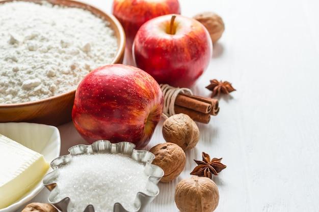 Zutaten zum backen. auswahl für herbstkuchen oder muffins mit äpfeln und zimt, selektiver fokus.