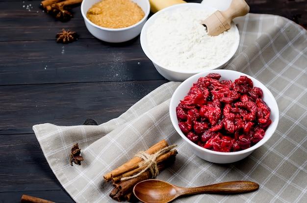 Zutaten zum backen kuchen mit kirsche