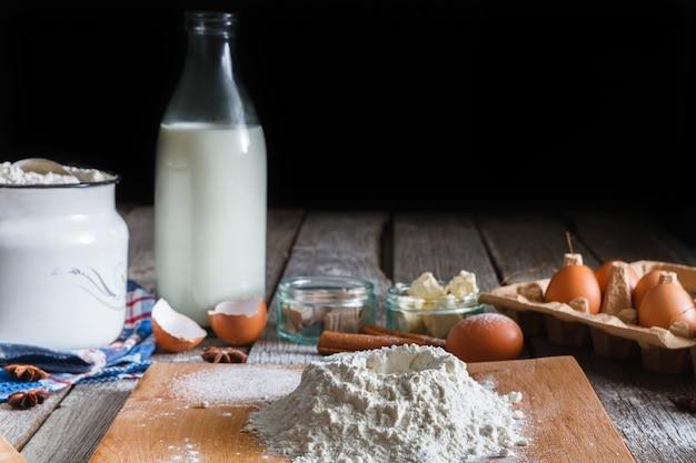 Zutaten zum backen. teig machen - mehl, milch, eier auf küchentisch
