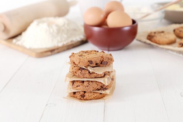 Zutaten zum backen von keksen und schokoladenkeksen