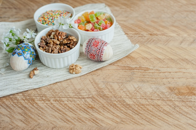 Zutaten zum backen von osterkuchen auf hölzernen hintergrund