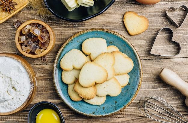 Zutaten zum kochen auf holzküchentisch