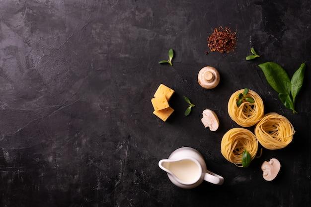 Zutaten zum kochen italienischer pasta