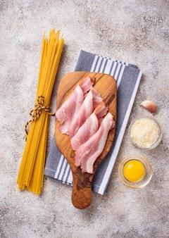 Zutaten zum kochen pasta carbonara