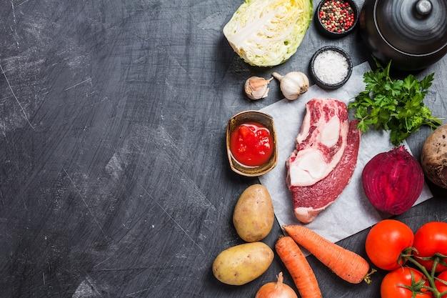 Zutaten zum kochen russischer oder ukrainischer nationalsuppe roter borschtsch aus rote-bete-gemüse und fleisch draufsicht