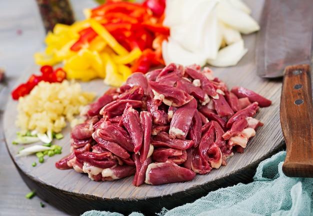Zutaten zum kochen unter rühren aus hühnerherzen, paprika und zwiebeln. chinesische küche