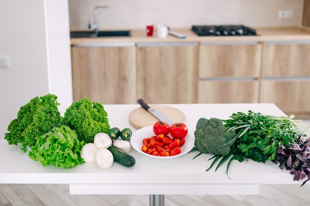 Zutaten zum kochen veganer gerichte gemüse wurzeln gewürze pilze und kräuter