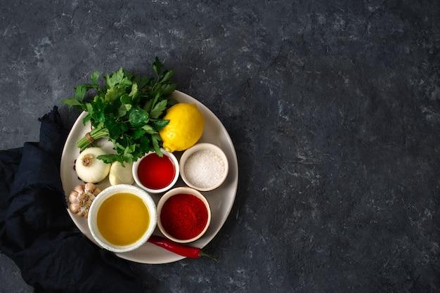 Zutaten zum kochen von argentinischen grünen chimichurri oder chimmichurri salsa oder sauce draufsicht
