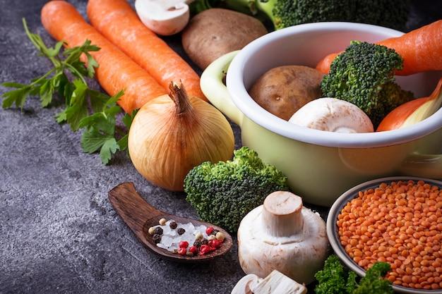 Zutaten zum kochen von gemüsesuppe