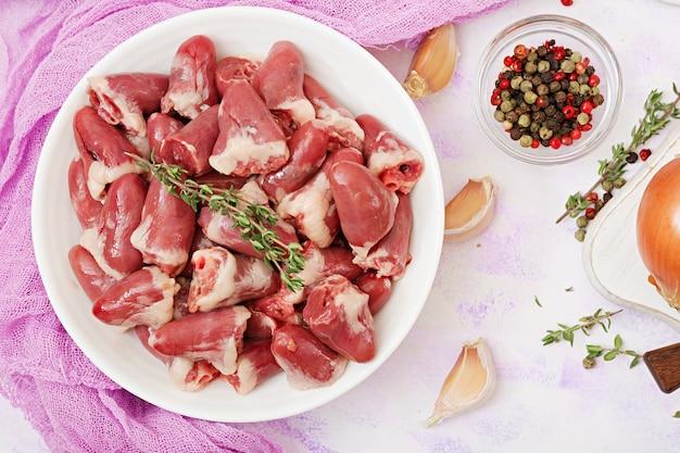 Zutaten zum kochen von hähnchenherzen mit kürbis und tomaten in tomatensauce. die beilage wird mit gekochtem reis serviert. flach liegen. ansicht von oben.