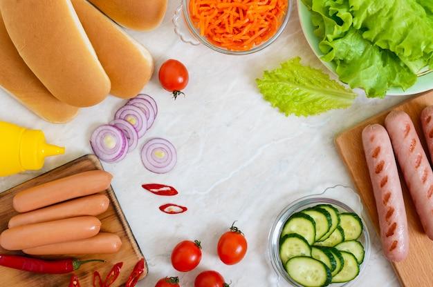 Zutaten zum kochen von hotdog auf dem küchentisch. draufsicht, flach liegen. fast food. straßenessen.