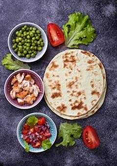 Zutaten zum kochen von mexikanischen tacos. selektiver fokus