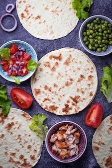 Zutaten zum kochen von mexikanischen tacos