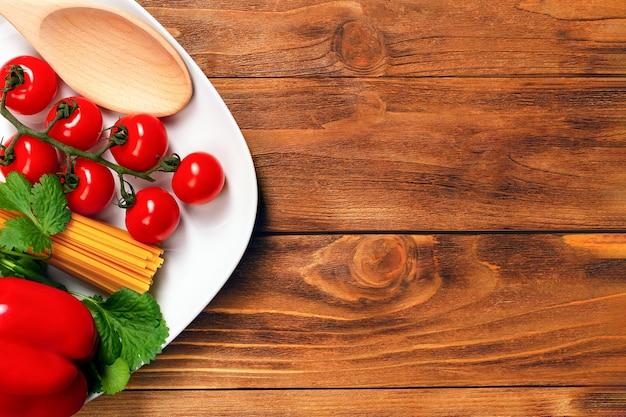 Zutaten zum kochen von nudeln auf holztisch