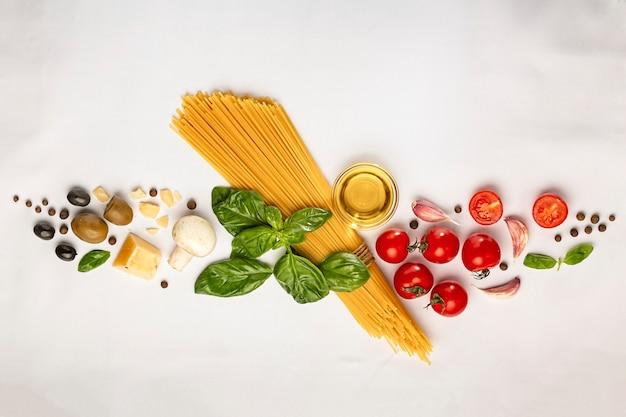 Zutaten zum kochen von nudeln auf weißen flächen
