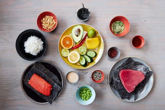 Zutaten zum kochen von sack thunfischfilet mit gemüse und obst