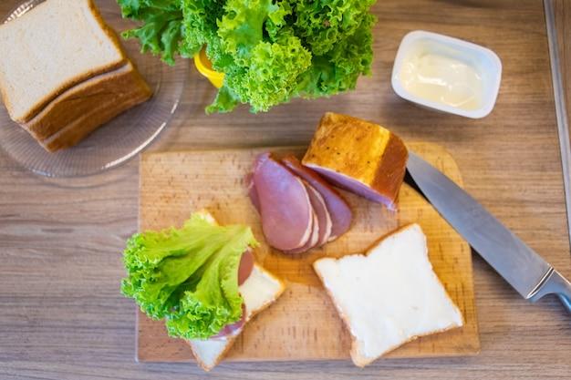 Zutaten zum kochen von sandwich in der nähe von kopienraum