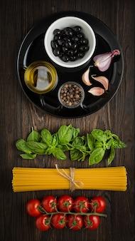 Zutaten zum kochen von spaghetti. vertikales foto