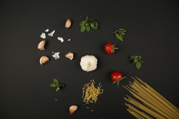 Zutaten zum kochen von spaghetti