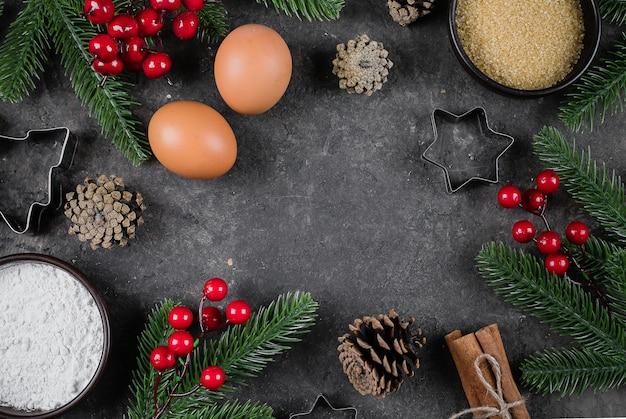 Zutaten zum kochen von weihnachtsbackmehl, braunem zucker, eiern, gewürzen