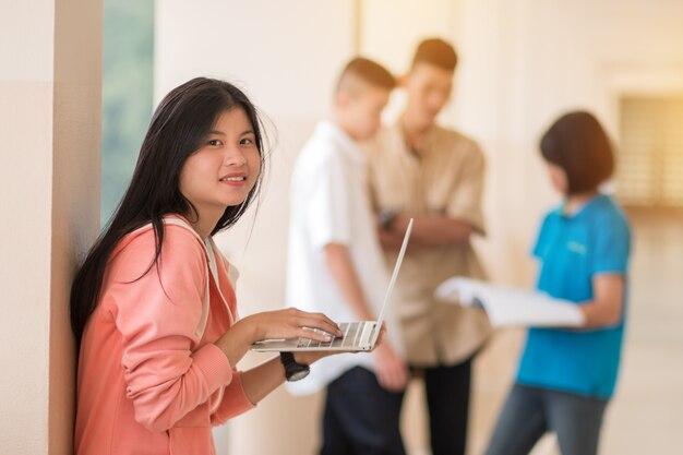 Zuversichtlich asiatische studenten cute girl holding laptop-computer zum suchen