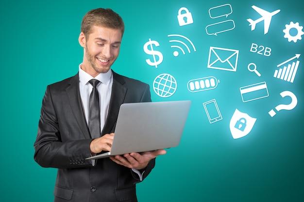 Zuversichtlich, business-experte. überzeugter mann im hemd und bindung, die laptop hält