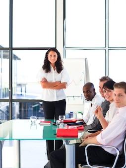 Zuversichtlich business-team nach einer präsentation