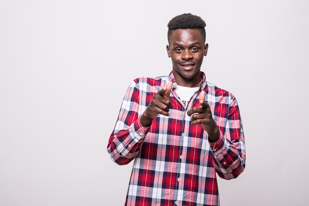 Zuversichtlich cooler afrikanischer typ, der auf sie zeigt. erstaunlicher hübscher junger mann, der gestikuliert und schaut. auswahlkonzept