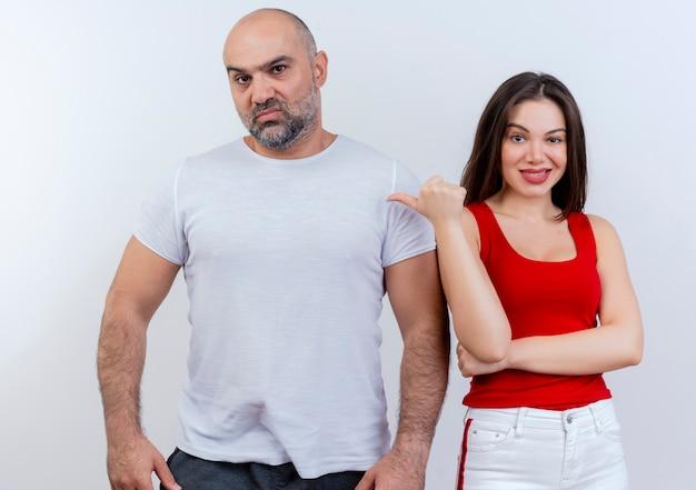 Zuversichtlich erwachsene paarfrau, die auf mann zeigt und beide schauen