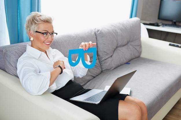 Zuversichtlich geschäftsdame, die brillen trägt