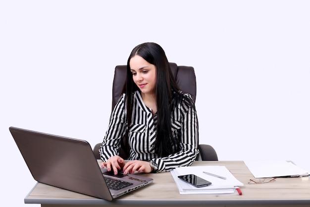 Zuversichtlich geschäftsfrau, die im büro arbeitet