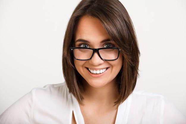 Zuversichtlich geschäftsfrau in brille lächelnd