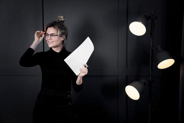 Zuversichtlich geschäftsfrau mit brille wegschauen