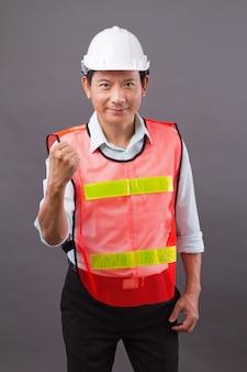 Zuversichtlich, glücklich, lächelnd, professioneller asiatischer ingenieur mann, konzept des männlichen bauarbeiters, baumeisters, architekten, mechaniker, elektriker, der für erfolgreiche karriere aufwirft