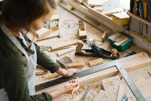 Zuversichtlich handwerkerin in arbeit eingewickelt