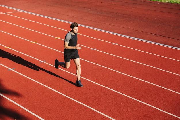 Zuversichtlich junger sportler läuft