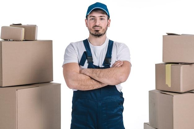 Zuversichtlich kurier zwischen stapel auf paketen