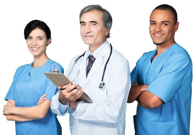 Zuversichtlich lächelndes medizinisches team isoliert auf weiß