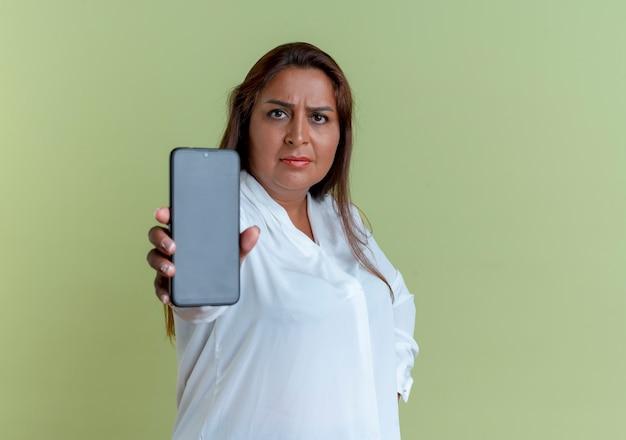 Zuversichtlich lässige kaukasische frau mittleren alters, die telefon hält