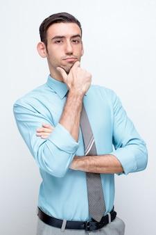 Zuversichtlich nachdenklich business man touching chin