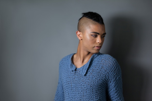 Zuversichtlich transgender frau wegschauen