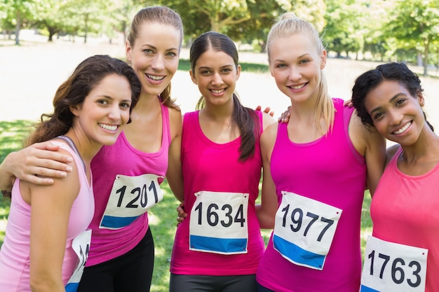 Zuversichtlich weibliche teilnehmer von brustkrebs marathon