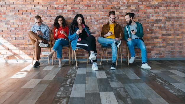 Zwangloses geschäftstreffen. millennials-team redet, teilt ideen.
