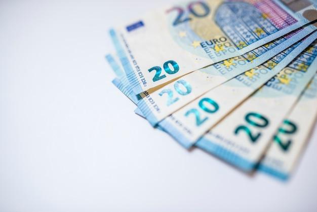 Zwanzig euro-banknoten, über einen tisch. euro-geld isoliert auf weißem hintergrund.