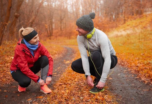 Zwei ältere läufer binden ihre schnürsenkel