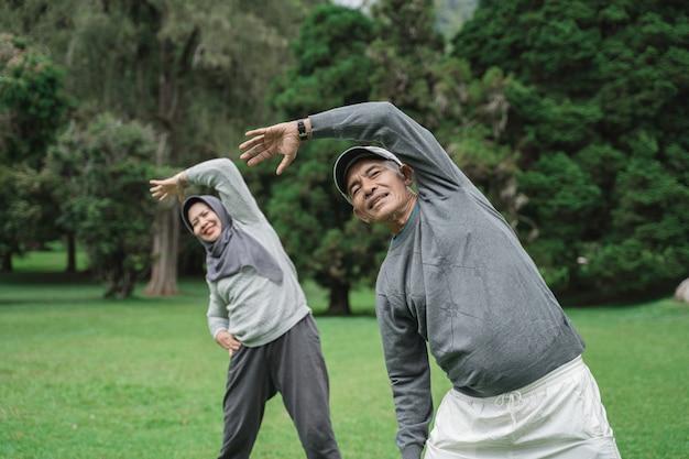 Zwei ältere männer und frauen, die sich strecken