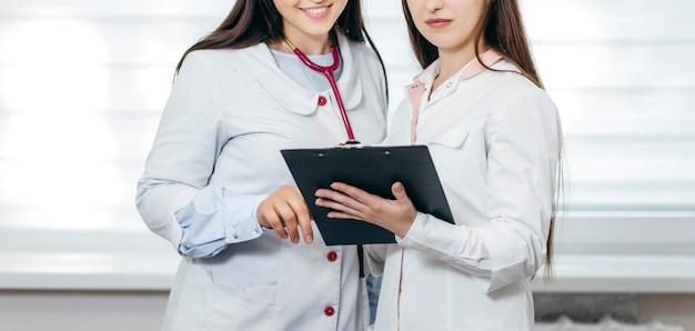 Zwei ärzte in einer modernen medizinischen klinik